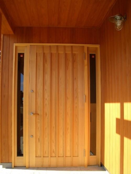 木製の玄関開きドア
