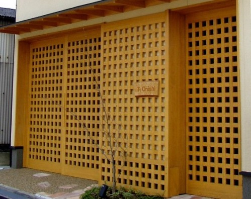 木製建具による玄関とビルトインガレージのドア