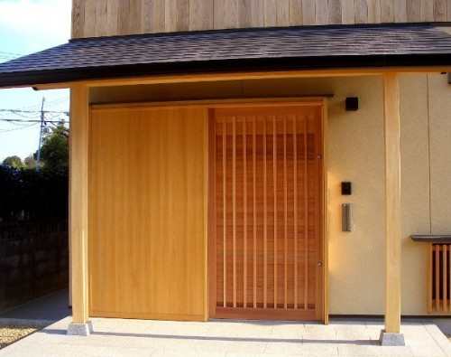 木製の玄関引込戸(竪舞良戸を閉めた時)
