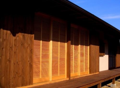 木製の鎧戸(施錠をしたまま通気が可能)