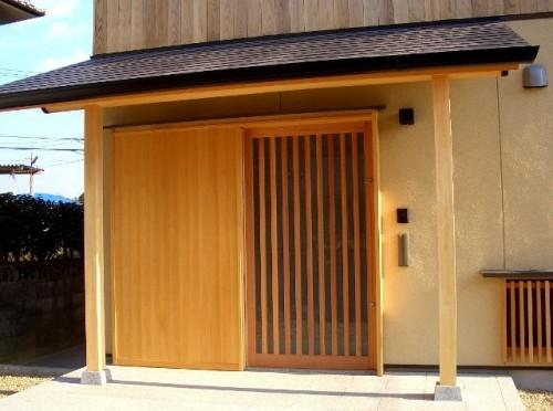 木製引込戸による玄関戸(ガラス戸を閉めた時)