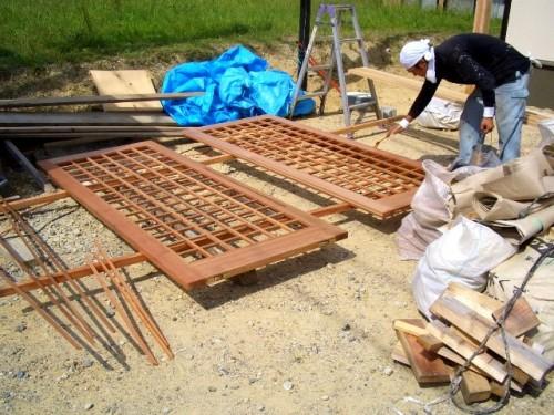 外部に面する木製建具に保護塗装を施す