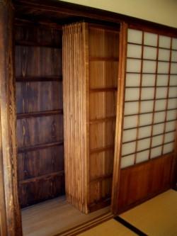 菊月亭の雨戸収納庫