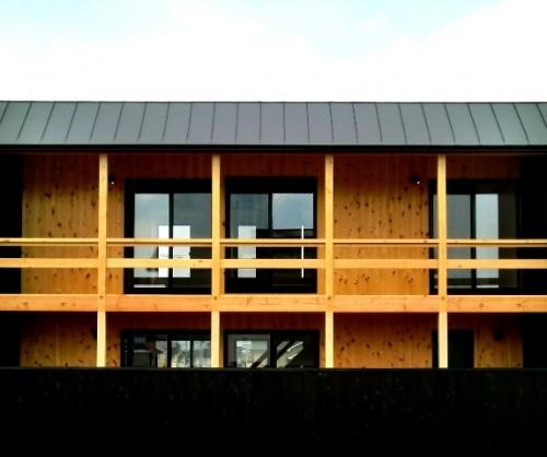 葛城ブラックボックス南面-軒内デッキ空間の南は桧材の空間