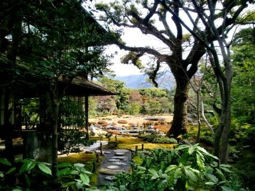 無鄰菴庭園・洋館への通路から和館越しに庭を望む