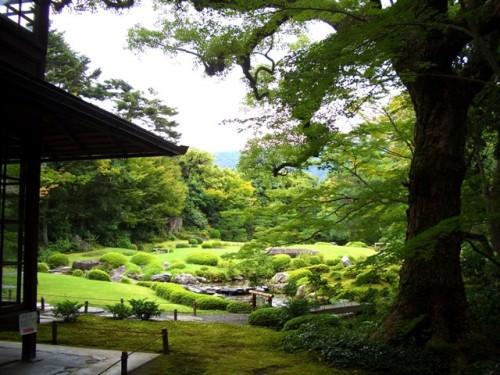 無鄰菴庭園・庭の向こうに東山を借景として取り入れる
