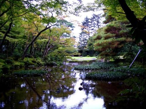 無鄰菴庭園・庭園の奥から池越しに和館の方を望む