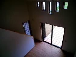 桜井西宮・2階からリビングを見下ろす