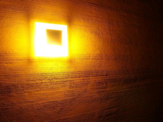 珪藻土櫛引仕上げ外壁と灯りの表情