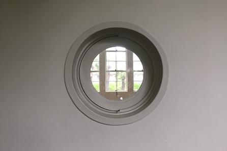 ノートルダムホール本館の丸窓